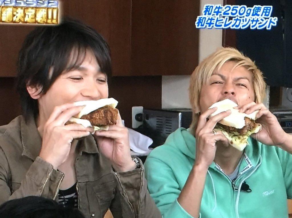 和牛ヒレカツサンドを全力でほおばる森田剛さん。一生懸命な表情ですね。
