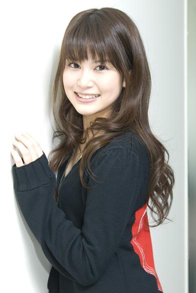 壁にもたれる佐津川愛美さん。大きな瞳が魅力的ですね。