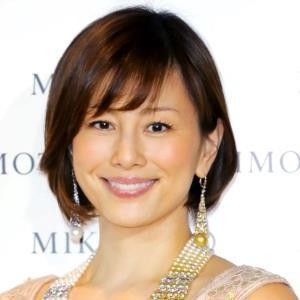 大ぶりのピアスがとっても華やかな米倉涼子さん。「カワイイ」より「キレイ」が似合う女優さんです。