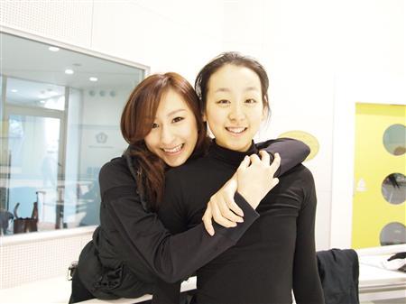 妹の浅田真央さんと一緒の浅田舞さん。並ぶとお姉さんという感じですね。