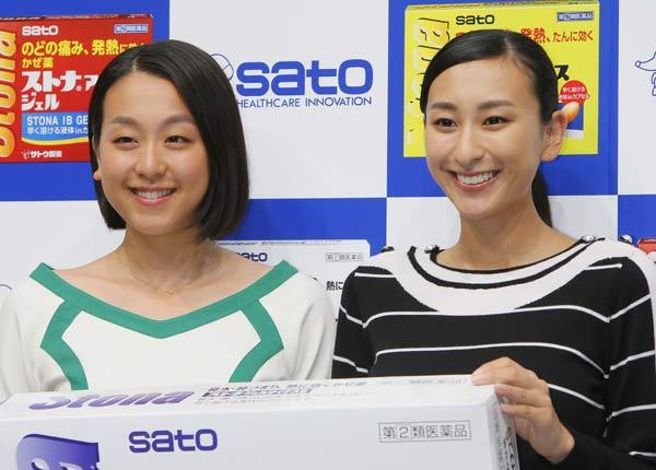妹の浅田真央さんと一緒の浅田舞さん。風邪薬「ストナ」CMでは共演を果たしました。