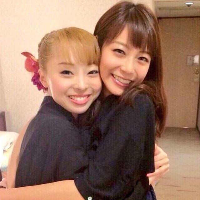 姉の「音花ゆり」さんとハグをする相武紗季さん。口元が似ていますね。