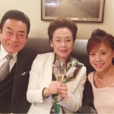 実のお父さんでもある高橋英樹さんと一緒の高橋真麻さん。お母さんは芸能事務所の社長をしています。