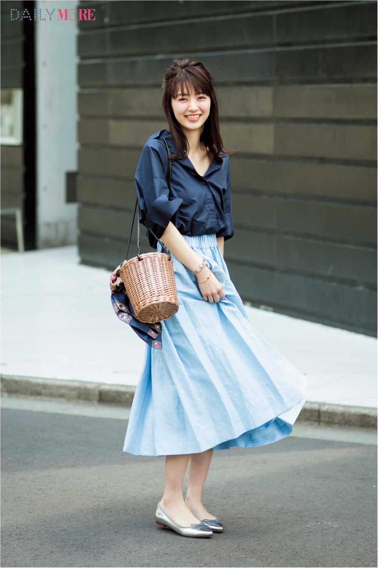 寒色系コーデながらとっても女性らしいファッションの逢沢りなさん。かごバッグが夏らしいですね。