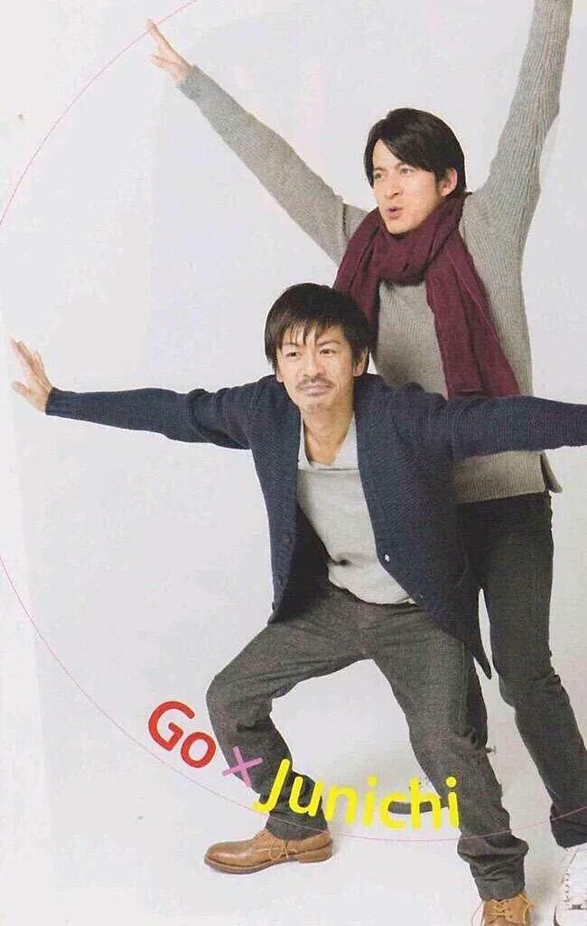 岡田准一さんとおどけたポーズをとる森田剛さん。ノリノリで可愛らしいですね。