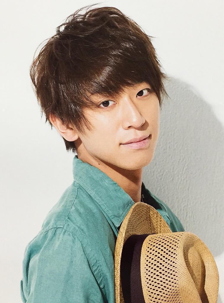 帽子を構えた小山慶一郎さん。買い物先で小山さんがが試着室からセ ーター裏返しで出てきてしばらく気づかなかった事があるらしいです。