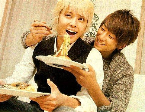 手越祐也さんにパスタを食べさせてあげている小山慶一郎さん。お兄ちゃんの表情をしています。