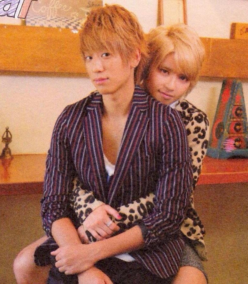 手越祐也さんに抱擁される小山慶一郎さん。ラブラブっぷりが伝わってきますね。