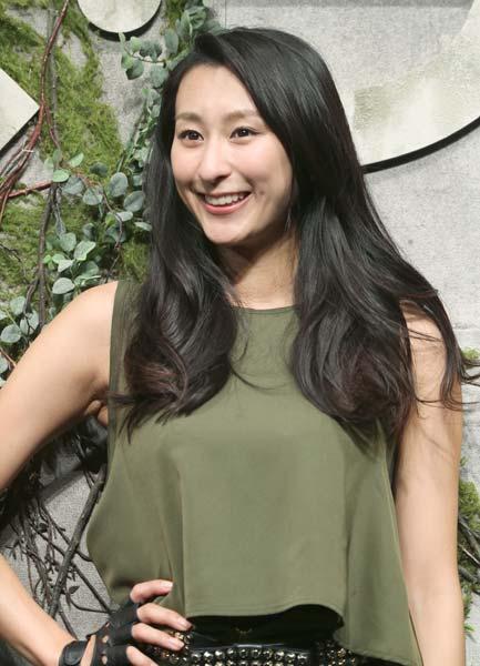 映画「メイズ・ランナー」の公開記念イベントに出席した浅田舞さん。カーキのタンクトップがカジュアルですね。