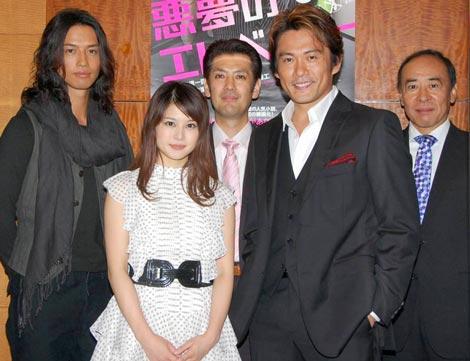 映画「悪夢のエレベーター」に出演した佐津川愛美さん。強面の男性に囲まれています。