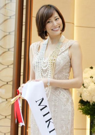 東京・ミキモト銀座4丁目本店オープニングセレモニーに出演した米倉涼子さん。総額約2億円以上のジュエリーを身に着けています。