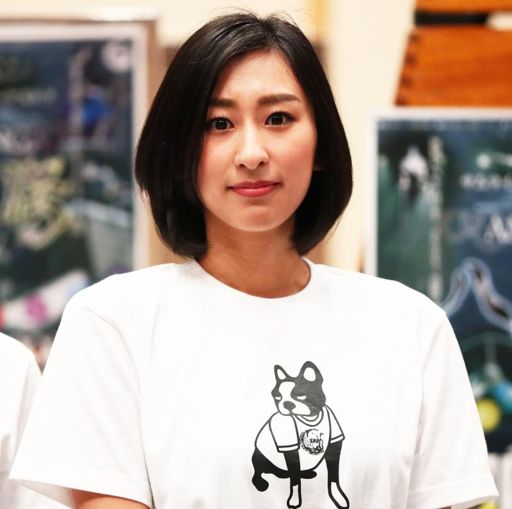 白いTシャツ姿でラフな雰囲気の浅田舞さん。年齢を重ねるたびにどんどんきれいになっていきますね。