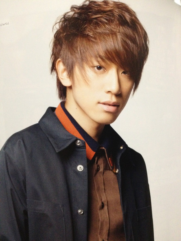 秋色のファッションに身を包んだ小山慶一郎さん。アシンメトリーの前髪から覗く鋭い視線がカッコいいですね。