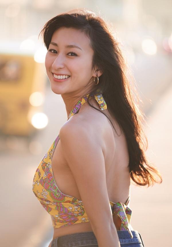 美しい背中を惜しげもなく披露する浅田舞さん。しなやかな筋肉ですね。