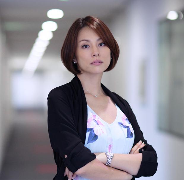 見下した視線がカッコいい印象の米倉涼子さん。こんな美人になら見下されてみたいですね。