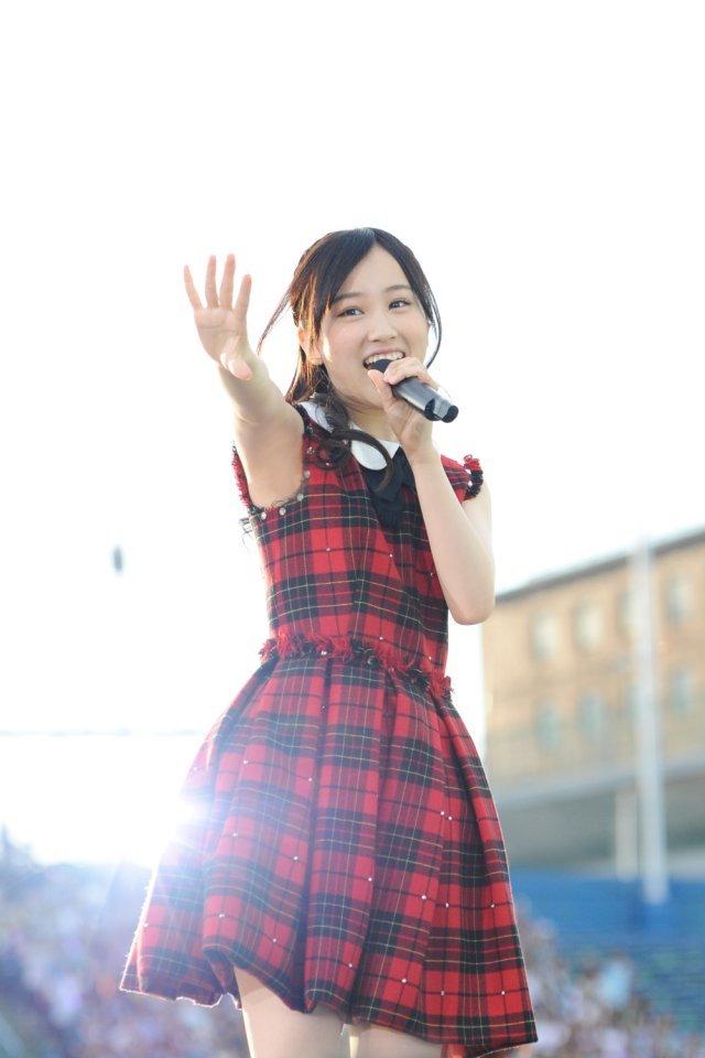 赤のチェックのステージ衣装で元気いっぱいに歌う星野みなみさん。透明感がすごいですね。