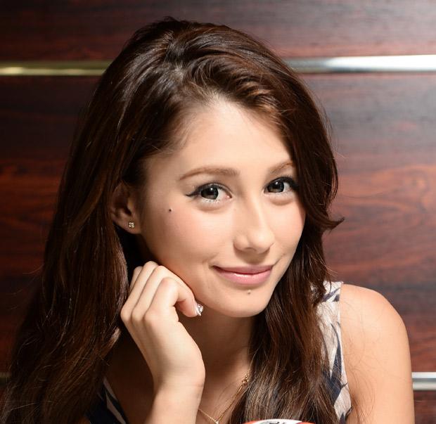 頬つえをつき微笑むダレノガレ明美さん。「4億円が手に入ったらどう使う?」という質問に「貯金します」と即答したそうです。