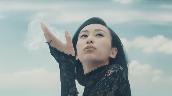 風邪薬「ストナ」のCMに風邪役で出演した浅田舞さん。妹の真央さんと共演しました。