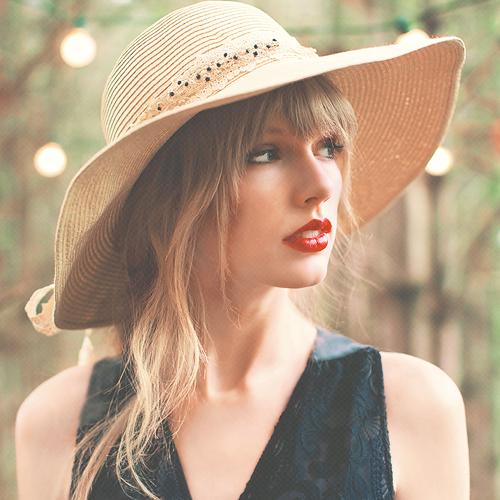 麦わら帽子が可愛らしいテイラー・スウィフト。ナチュラルな雰囲気がかわいいですね。