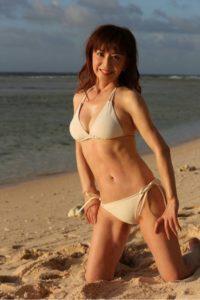 白い水着でビーチに座る大場久美子
