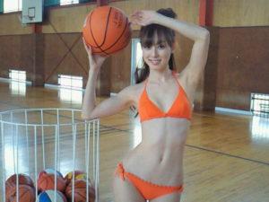 明るいオレンジ水着の秋山莉奈