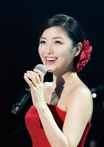 赤ドレスの新妻聖子