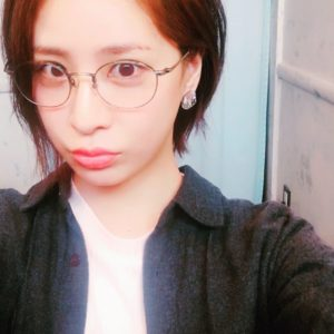 丸眼鏡の神室舞衣