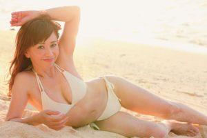 ビーチに横たわる大場久美子