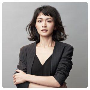 スーツ姿の長谷川京子