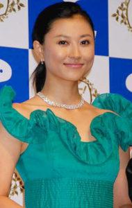 緑ふりふりワンピの菊川怜