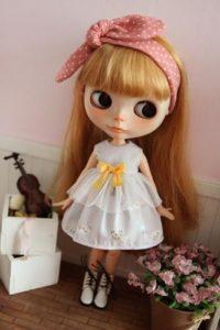 白シンプルワンピのブライス人形