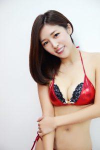 赤黒セクシー水着の手束真知子