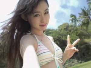カラフルボーダー水着の秋山莉奈