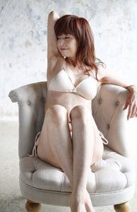 白水着で椅子に座る大場久美子