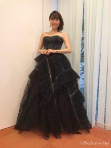 黒ドレスの新妻聖子