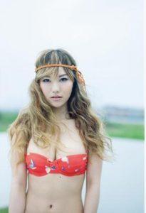 赤水着で金髪の谷村奈南