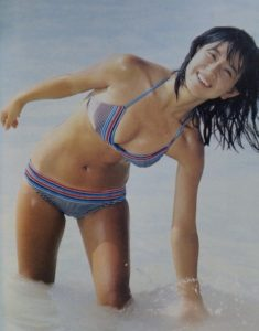 カラフルボーダー水着の大場久美子