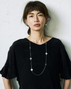 黒ワンピの長谷川京子