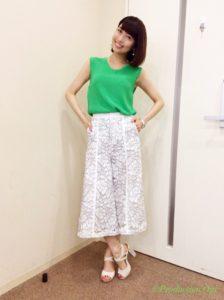緑トップスに白パンツの新妻聖子