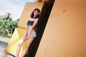 胸元フリル水着の江野沢愛美