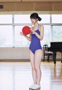 バスケをする松岡菜摘