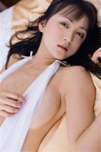 白のセクシー水着の小松彩夏