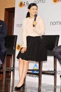 白と黒の女性らしい服の菊川怜