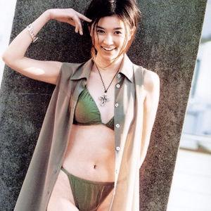 カーキ水着の菊川怜