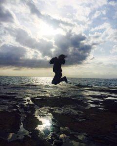 海でジャンプする吉井怜