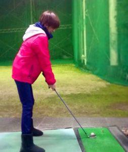 ゴルフをしている吉井怜