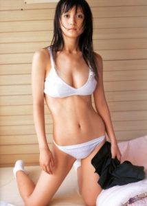 白セクシー水着の小松彩夏