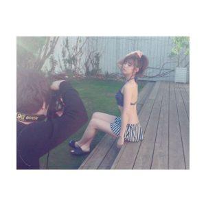 ストライプ水着の江野沢愛美