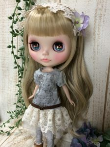 レーススカートのブライス人形