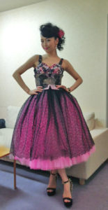 ピンクと黒のドレスの新妻聖子